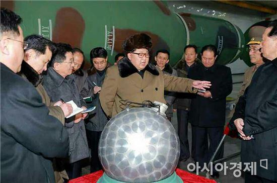 9일 과학자, 기술자들을 만나 핵무기 병기화 사업을 지도하는 김정은 북한 국방위원회 제1위원장.