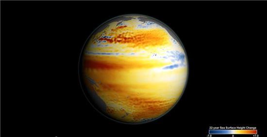 ▲해수면이 낮아진 파란색과 해수면이 상승한 오렌지와 붉은 지역이 표시돼 있다. 범위는 -7cm에서 7cm까지이다.[사진제공=NASA]
