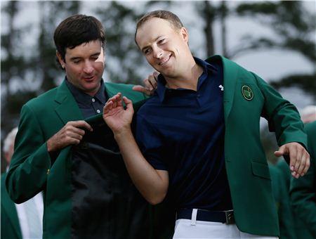 조던 스피스(오른쪽)가 지난해 마스터스 우승 직후 그린재킷을 입고 있는 장면. 사진=Getty images/멀티비츠