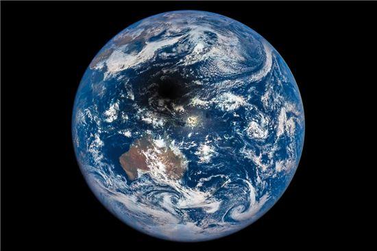 ▲9일 발생했던 일식 당시 달의 본영이 지구에 내려앉고 있다. 본영 안에서는 개기일식을 볼 수 있다.[사진제공=NASA]