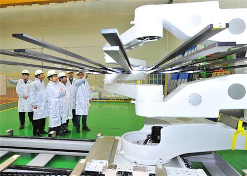 현대중공업이 국내 최초로 10.5세대 초대형 LCD글라스(Glass) 운송용 로봇에 대한 개발을 성공한 모습<사진=현대중공업>