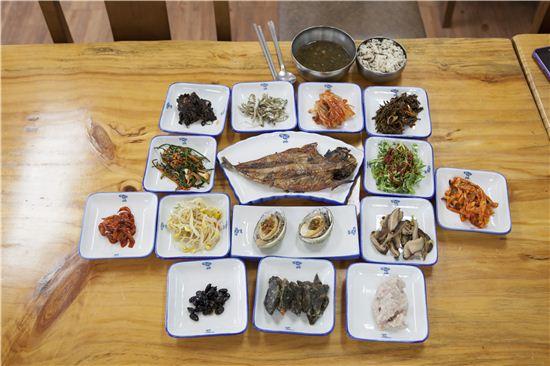 느린섬여행학교에서 맛볼 수 있는 청산도의 음식. 청산도에서 나고 자란 재료만으로 밥상을 차린다.