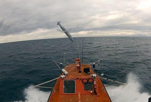 해상 표적(함정) 공격 능력을  갖춘 JSOW C-1이 이동하는 함정으 ㅣ컨테이너를 타격하고 있다.