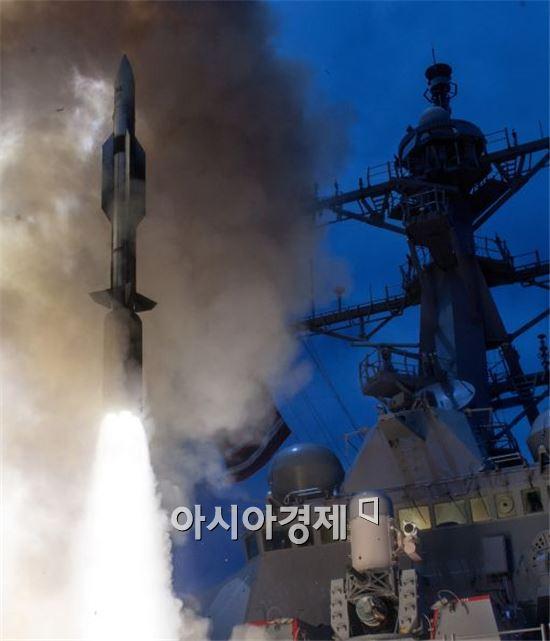 미해군 이지스 구축함 존폴존스함에서 발사되는  SM-6