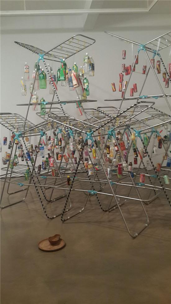 물vs물의 사생아들, 2005, 빨랫대, 캔, 패트병, 실, 가변설치