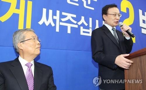 김종인(왼쪽) 대표가 지난 11일 충남 공주시 박수현 의원 선거사무소 개소식에서 축사를 하는 이해찬 의원을 쳐다보고 있다(사진=연합뉴스).
