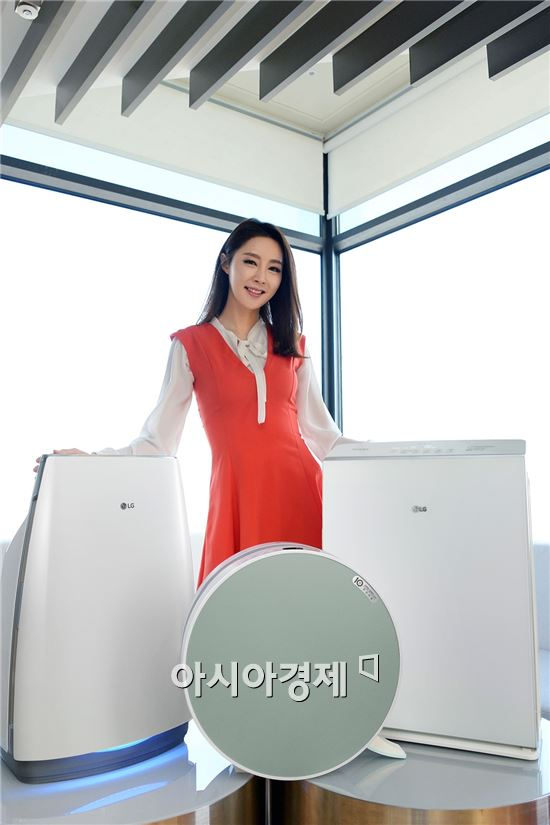 ▲서울 여의도동 LG트윈타워에서 모델이 LG 퓨리케어 공기청정기 신제품 3종을 소개하고 있다.(제공=LG전자)