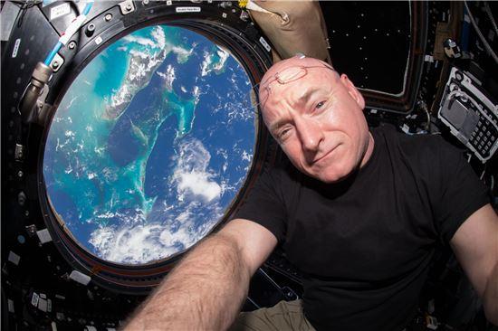 ▲스콧 켈리가 국제우주정거장의 전망대 '큐폴라'에서 포즈를 취하고 있다.[사진제공=NASA]