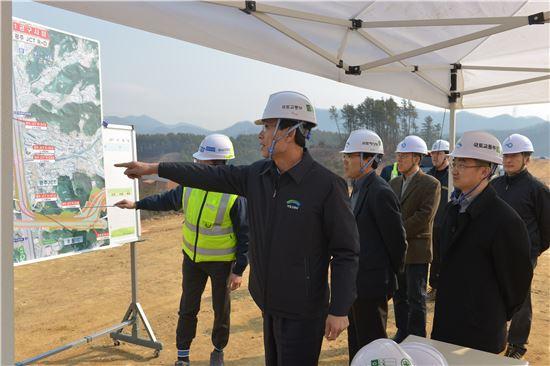 최정호 국토교통부 2차관이 12일 광주~원주 민자고속도로 건설 현장을 점검하고 있다.(제공: 국토교통부)