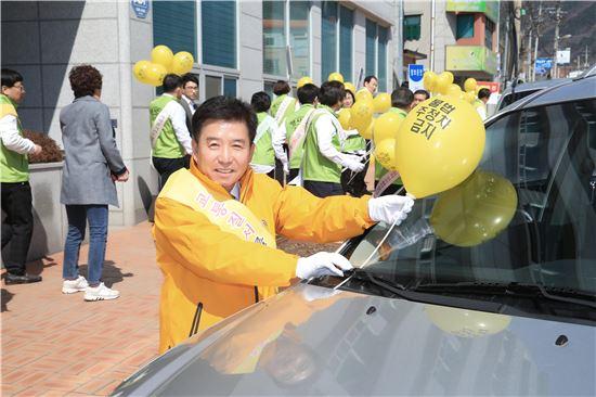 구충곤 전남 화순군수가 전국적으로 펼쳐지고 있는 '배려 교통문화 행복릴레이 캠페인'에 동참했다.