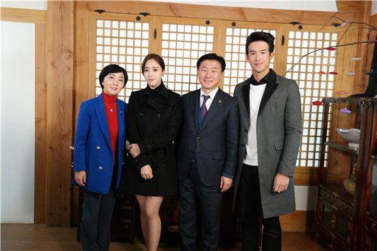 김동근 수원시 제1부시장(오른쪽 두번째)이 영화촬영장을 찾아 출연진을 격려한 뒤 기념촬영을 하고 있다.