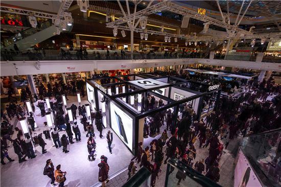 삼성전자는 '갤럭시S7'의 글로벌 출시일인 지난 11일(현지시간)부터 영국 런던의 유명 쇼핑몰 웨스트필드에 '갤럭시S7 스튜디오'를 오픈했다. 오픈 첫 주말 6만명 이상의 소비자가 스튜디오를 방문해 갤럭시S7을 체험했다.