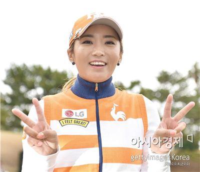 이보미가 PRGR레이디스컵 우승 직후 손가락으로 'V'자를 그리며 환하게 웃고 있다. 고난(일본)=Getty images/멀티비츠