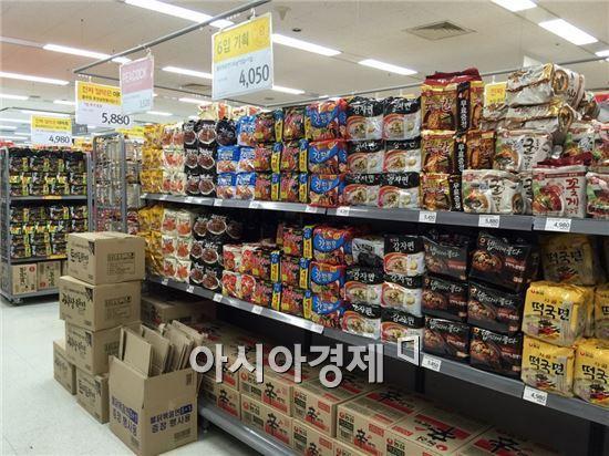 서울 시내의 한 대형마트 라면 매대. 사진=이주현 기자