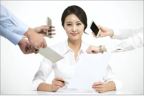한꺼번에 여러개의 과중한 업무 처리에 시달리는 직장인.