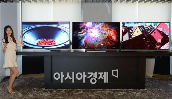 ▲LG 모델이 16일 여의도 LG트윈타워에서 5LG 울트라 올레드 TV 신제품을 소개하고 있다.왼쪽부터 차례로 55형 곡면 울트라 올레드 TV C6, 평면 55형 울트라 올레드 B6, E6 시리즈.(제공=LG전자)