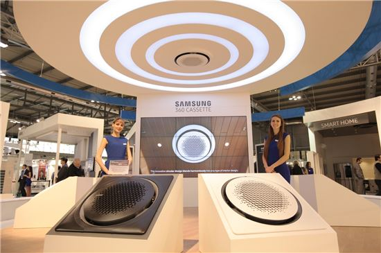 삼성전자 모델들이 '2016 모스트라 콘베뇨 엑스포' 삼성전자 전시장에서 포즈를 취하고 있다.