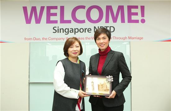15일 강남에 위치한 결혼정보회사 듀오 본사에 싱가포르 국가인구재능부가 방문, 박수경 듀오정보 대표(사진 왼쪽)와 조세핀 테오 싱가포르 선임 국무장관(오른쪽)이 기념촬영을 하고 있다.
