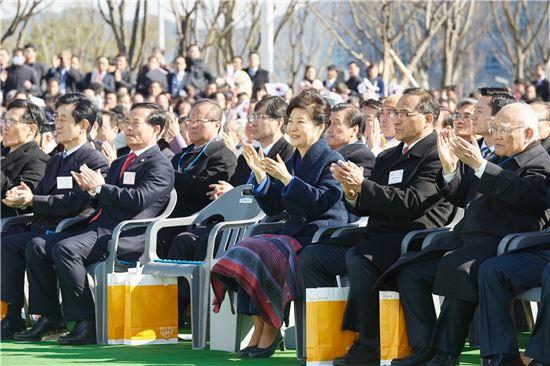 3월 10일 대구 창조경제혁신센터를 방문한 박근혜 대통령은 이어 안동 경북도청 청사 개청식에도 참석했다.(사진제공 : 청와대)