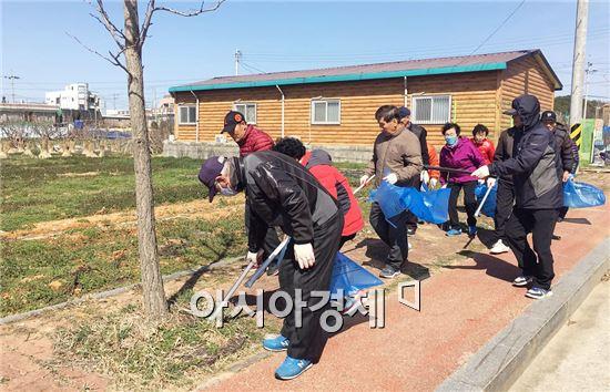 새봄을 맞아 영암군 삼호읍사무소는 국도와 지방도변, 마을주변의 대청소를 실시했다