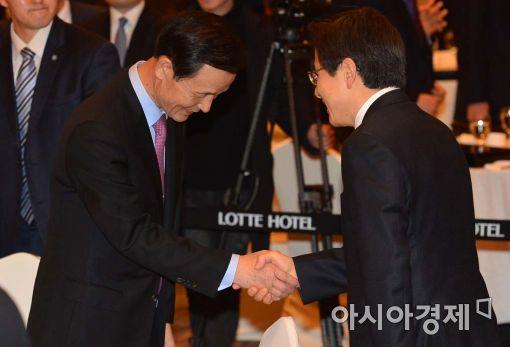 [포토]악수하는 황교안 총리-김장수 대사