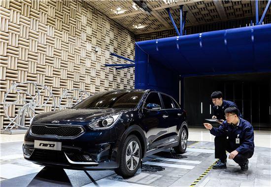 기아차는 16일 남양연구소에서 이달 말 출시 예정인 소형 SUV '니로'의 사전 미디어 설명회를 갖고 사전 계약에 돌입했다. 사진은 남양연구소 풍동시험장에서 니로의 공력성능 평가 테스트를 하고 있는 모습.