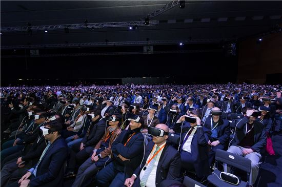 갤럭시S7 공개 행사(언팩)에 참석한 5000여명이 '기어VR'을 착용하고 발표 내용을 듣고 있다.