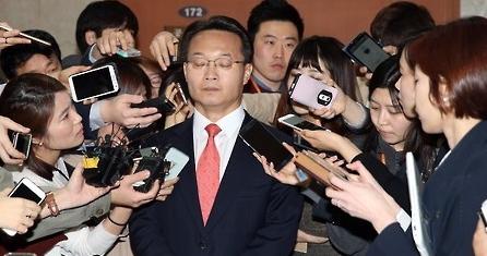 조해진 새누리당 의원은 16일 국회 정론관에서 자신의 20대 총선 공천 탈락과 관련해 기자회견을 열고 당 지도부와 공관위를 강하게 비난했다. 사진 = 연합뉴스
