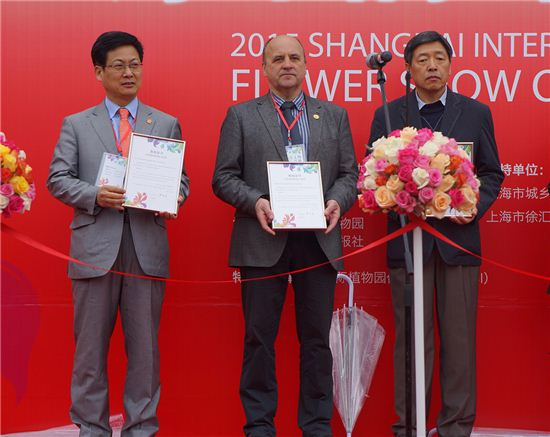 최성 고양시장(왼쪽)이 지난해 중국 상하이 꽃박람회에 참석해 기념패를 받고 있다.