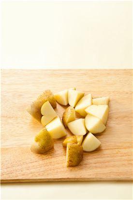 1. 감자는 껍질을 벗겨 한 입 크기로 깍둑 썰어 올리브오일, 소금과 후춧가루로 밑간한다.