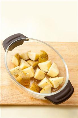 2. 오븐용기에 손질한 감자를 담고 200℃로 예열한 오븐에서 15분 정도 노릇하게 굽는다.