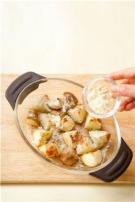 3. 오븐에 구운 감자 위에 파르메산 치즈와 파슬리를 뿌린다.