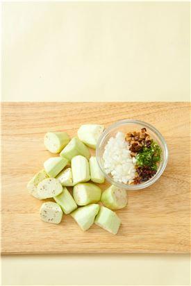 1. 가지는 껍질을 벗기고 어슷하게 썰고 마른고추, 양파, 풋고추, 표고버섯은 굵게 다진다.