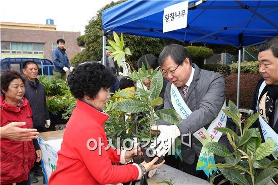 해남군(군수 박철환)이 개최한 나무나누어주기 행사가 1천여명의 군민들이 참여한 가운데 성황리에 마무리됐다.