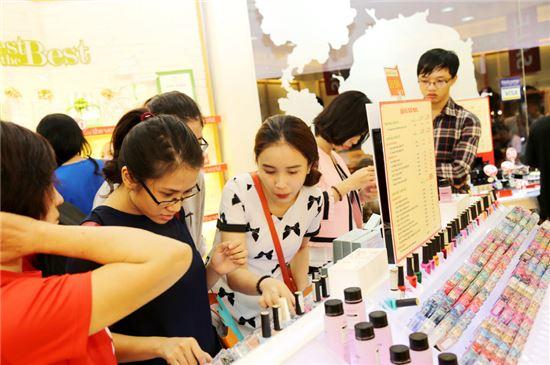 더페이스샵의 베트남 매장에서 베트남 고객들이 제품을 살펴보고 있는 모습