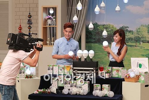 VTV현대홈쇼핑 시범 방송에서 베트남 쇼호스트가 실내 인테리어용 LED전구 세트을 소개하고 있다.