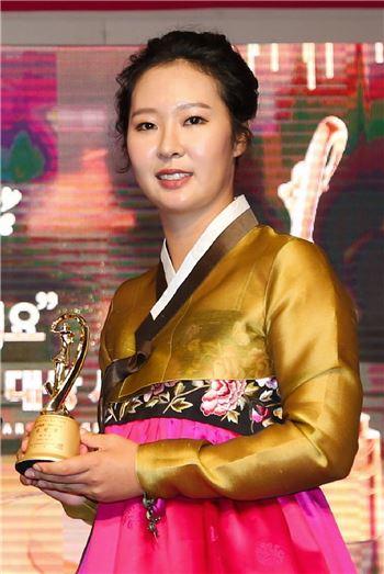 박지영이 지난해 12월 KLPGA 대상 시상식 당시 '올해의 신인상'을 수상하고 있는 장면. 사진=KLPGA