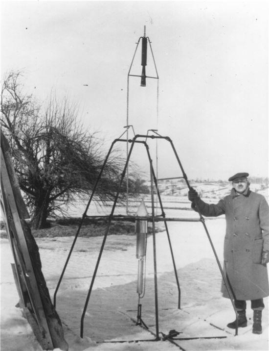 ▲로버트 고더드 박사가 1926년 3월16일 자신이 만든 액체추진로켓 앞에서 포즈를 취하고 있다.[사진제공=NASA]