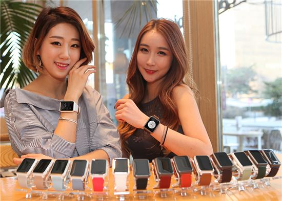 중구 을지로에 위치한 카페에서 전문 모델이 패션 스마트워치 '루나워치'를 선보이고 있다.