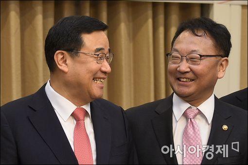 [포토]마주보면 웃는 김정훈·유일호