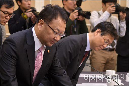 [포토]당정 참석하는 유일호 경제부총리