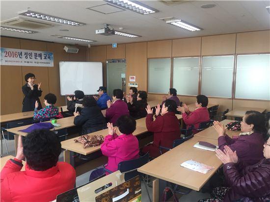 성인문해교실에 참석한 노인들이 수업을 받고 있다.