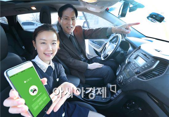 '카비'의 손승서 대표(오른쪽)가 KT와 공동 출시 예정인 카메라 영상기반 차량 안전주행 솔루션에 대해 소개하고 있다.
