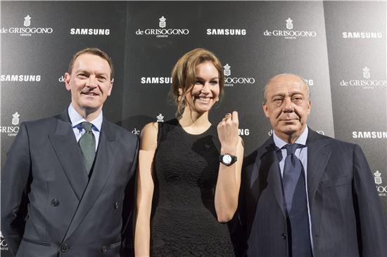 삼성전자가 16일(현지시간) 세계 최대 시계 박람회인 '스위스 바젤월드 2016'에서 명품 주얼리·시계 브랜드 '드 그리소고노(de GRISOGONO)'와 협업한 '삼성 기어S2' 한정판을 선보였다. 드 그리소고노 창업자이자 크리에이티브 디렉터 파바즈 그루오시(사진 오른쪽)와 삼성 유럽 마케팅 임원 데이빗 로우스가 제품을 선보이고 있다.