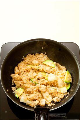 5. 쌀이 어느 정도 익으면 센 불에서 애호박과 양파를 넣어 볶다가 뚜껑을 덮어 약간 뜸을 들이고 소금과 후춧가루로 간을 하여 밥을 담고 달걀 프라이와 마요네즈를 뿌린다.