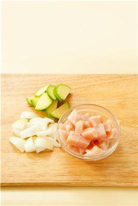2. 닭 가슴살은 먹기 좋게 썰고 애호박과 양파는 납작하게 썬다.