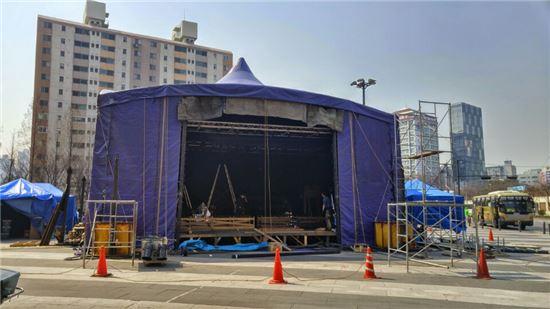 왕십리역 광장에서 한창 공사 중인 텐트(사진=임온유 기자)