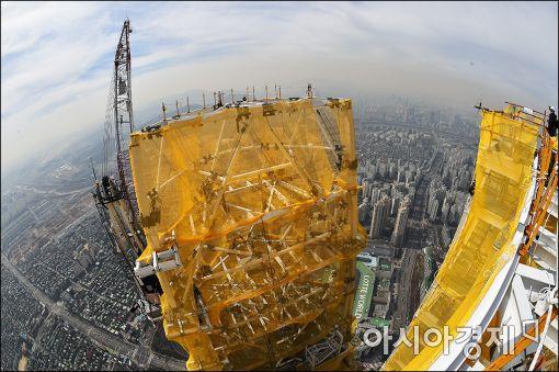 [포토]'롯데월드타워, 최고층 정점을 찍다'