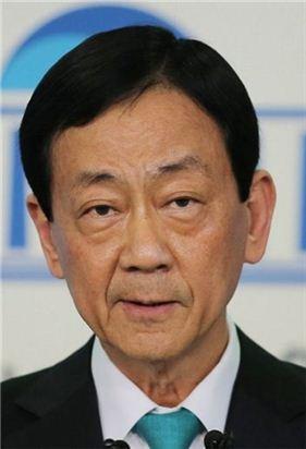 새누리당 비박계 중진 진영 의원(3선·서울 용산)이 17일 오후 국회 정론관에서 탈당 기자회견. 사진 = 연합뉴스