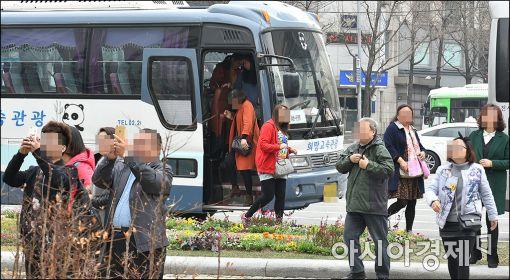 [포토]청계천 찾은 외국인관광객, 위험한 하차